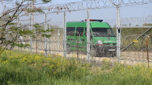Ungersk polis patrullerar vid gränsen