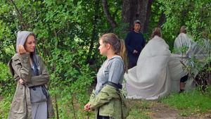 Emilia Tenhunen står och pratar med Livia Wikström. I bakgrunden Tobias Zilliacus med de underjordiska.