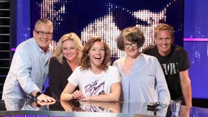 Lagkaptenerna Maria Sid och Kasper Ramström i tv-studion tillsammans med gästerna Monika Fagerholm och Geir Rönning, och programledare Sonja Kailassaari.