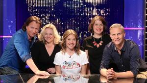 Lagkaptenerna Maria Sid och Janne Grönroos i tv-studion tillsammans med gästerna Eva Frantz och Tobias Zilliacus, och programledare Sonja Kailassaari.