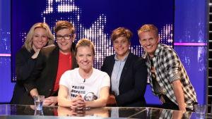 Lagkaptenerna Maria Sid och Kasper Ramström i tv-studion tillsammans med gästerna Silvia Modig och Thomas Lundin och programledare Sonja Kailassaari.