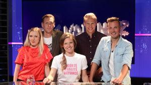 Lagkaptenerna Pekka Strang och Janne Grönroos i tv-studion tillsammans med gästerna Josefin Sonck och Jontti Granbacka, och programledare Sonja Kailassaari.