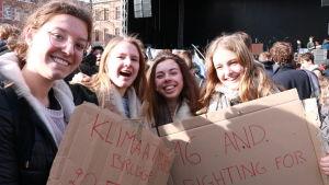 Tara Jacobus demonstrerar i belgiska Leuven tillsammans med sina vänner.