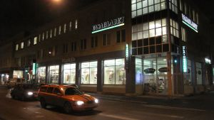 Hus med Vasabladets logotyp. Bilden är tagen efter mörkrets infall, och i förgundens syns en orange Volvo V70.