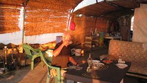 Erkki Kettunen rantabaarissa ruokailemassa Syyrian Tartusin lähellä.