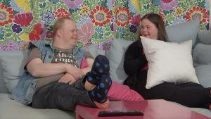 Olli-Pekka ja Inka istuvat sohvalla.