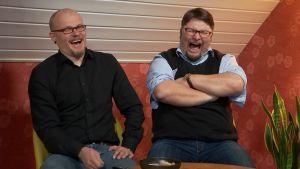 Jani ja Simo nauravat tv-ohjelmalle.