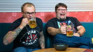 Jani ja Simo juovat olutta sohvalla.