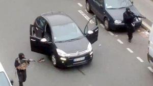 Bröderna Saïd och Chérif Kouachi 7.1.2015 skjuter mot en polis efter attentatet mot Charlie Hebdo