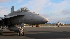 Finska flygvapnets Hornet-plan och svenska flygvapnets JAS 39 Gripen deltog i operationsövningen Ruska 20 vid Lapplands flygflottilj i Rovaniemi, oktober 2020.