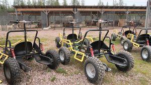 Släpvagnar för hundspann vid Bearhill Husky, Rovaniemi, oktober 2020.