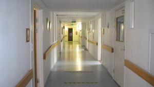 En lång tom sjukhuskorridor.