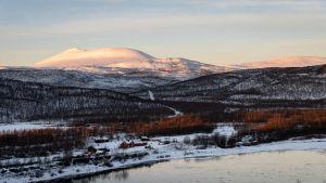 Näkymä Tenojoen yli kohti Finnmarkin puolella nousevaa Rastigaisa-tunturia.
