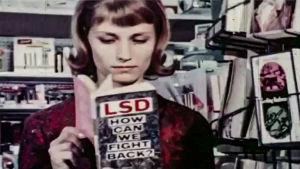 Nainen lukee kirjaa, jossa lukee LSD, How can we fight back.