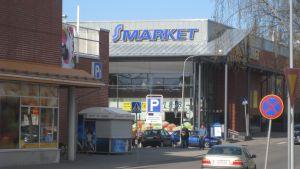 Mataffärer i Karis centrum.