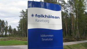 Skylt vid infarten till Folkhälsan i Mjölbolsta.