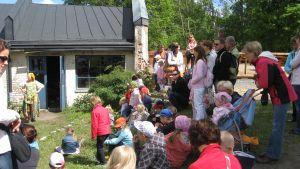 Teaterföreställningen Drakens tandställning underhöll på trädgårdsmässan.