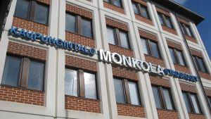Fasaden på stadshuset Monkola i Lojo.