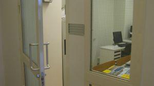 öppen dörr till kontorsrum i Raseborgs stadshus