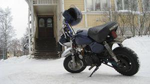 Moped utanför ungdomsgården i Ekenäs