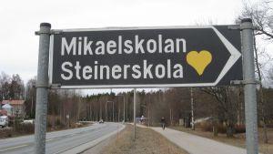 Mikaelskolans skylt.
