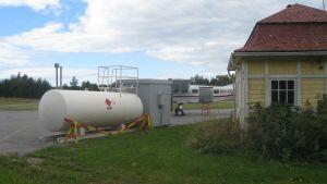 Bränsletank på Täktom flygfält.