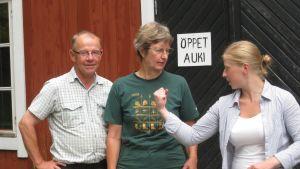 Generationsskifte på Mörby gård - Thomas, Barbara och dottern Anna Alm.