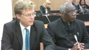 Francois Bazaramba (höger) med advokat Ville Hoikkala