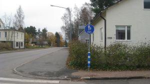 I Kila i Karis sköter staden Raseborg om att trottoarerna är putsade.