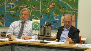 Stadsdirektör Mårten Johansso och stadsstyrelseordförande, SDP:s Ulf Heimberg, i Raseborg.