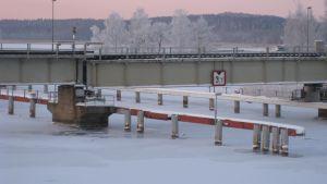 Järnvägsbron över Pojoviken gick inte fast på fredagsmorgonen på grund av kölden.