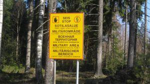 Skylten utanför skjutbaneområdet i Baggby talar sitt tydliga språk.