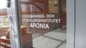 Dörren till forskningsinstitutet Aronia på Novias campus i Ekenäs.