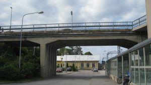 Järnvägsbron och Karis station