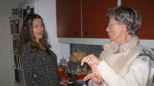 Gravt rörelsehindrade Janna Thorström och företagaren Marika Törnqvist diskuterar handikappservicen i Raseborg.
