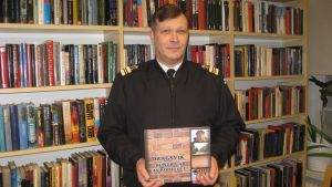 """Kaptenlöjtnant Timo Laurila har skrivit  historiken """"Dragsvik - hundra år av rödtegel"""" , som gavs ut på svenska dagen 2012."""