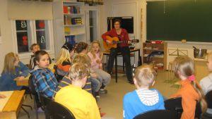 Läraren Monica Rosenqvist med elever i Snappertuna skola övar inför julfesten 2012.