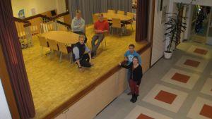 Gymnasie-elever i Ekenäs Eddie Lindbom (längst bak), Lucas Aurdal (bredvid honom), Maximilian Björkstam (knästående), Jim Jormanainen och Kira-Maria Rautiainen.