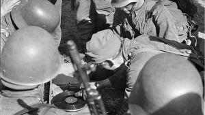 Sotilaat soittavat vallattua gramofonia Jaakkimassa 8.8.1941