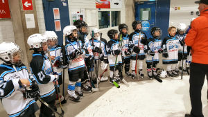 Ice Team Raseborgs spelare får priser efter en turnering.