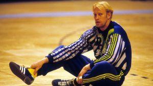 Svenska landslagsmålvakten Mats Olsson sitter på golvet.