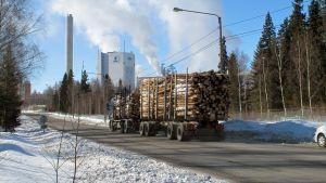 Virkestransport till Alholmen i Jakobstad.