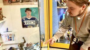 Guiden Magnus Rask pekar på leksaker som finns i en glasmonter.