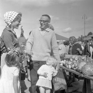 Familj på salutorg år 1968