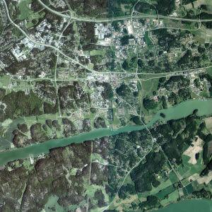 Luftbild som visar terrängen där en ny omfartsväg mellan St Karins och Pargas planeras hösten 2018.