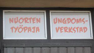 Ingången till verkstaden finns på badsidan av Loivsa busstation