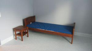Säng och sängbord i Vågens lägenhet