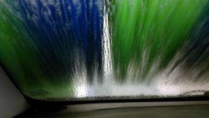 En vindruta i biltvätten.