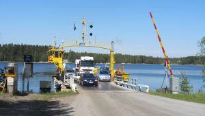 Bilar på väg mot Skåldö.