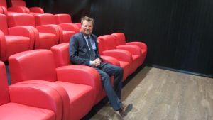 Olli Muurainen i den gamla butikens auditorium.